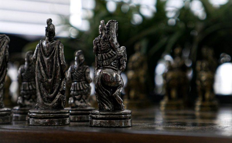 šachové figúrky na stole